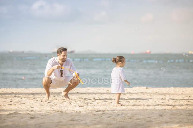 Jovem feliz pai e filha a passar tempo juntos na praia — Fotografia de Stock