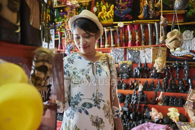 Молодая женщина, покупающая одежду в Ко Чанг, Таиланд — стоковое фото