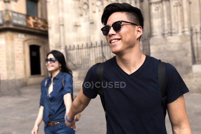 Chinese couple in Barcelona holding hands, Spain — Stock Photo