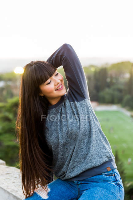 Young eurasian woman posing for camera in Barcelona — Stock Photo