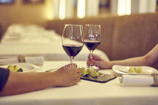 Recadrée jeune couple image, dont la date de café avec du vin — Photo de stock