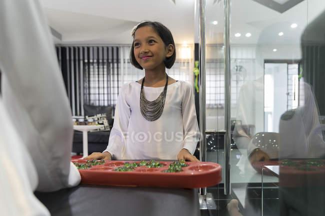 Asiático menina com tradicional jogo no hari raya em casa — Fotografia de Stock
