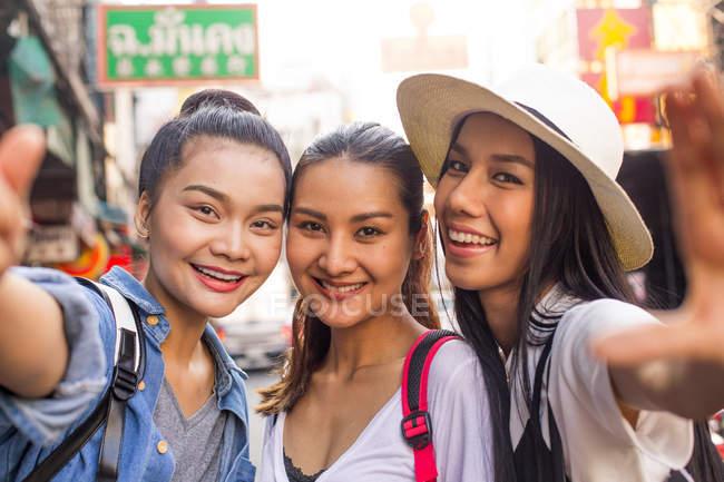 Beautiful girlfriends taking selfies in Chinatown, Bangkok — Stock Photo