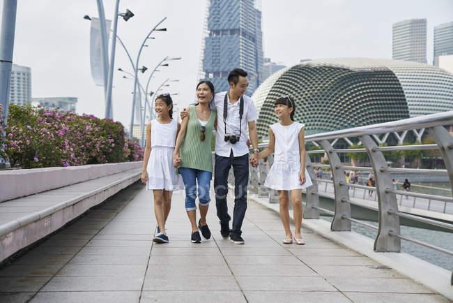 Familia escalofriante en la explanada puente, Singapur - foto de stock