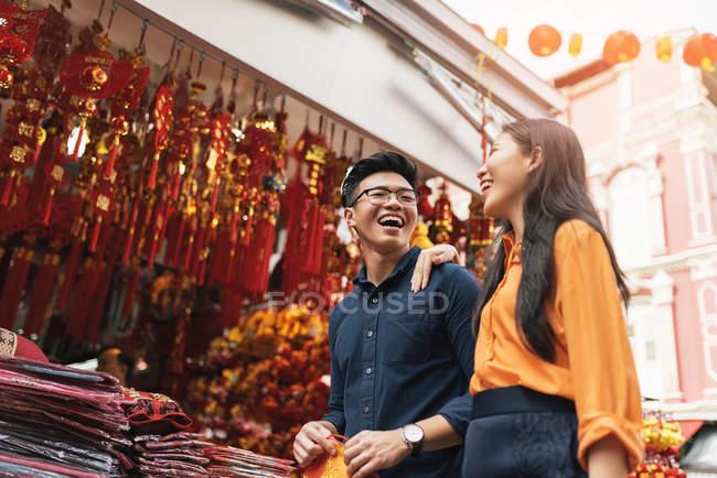 Giovane coppia asiatica che celebra il capodanno cinese insieme a chinatown — Foto stock