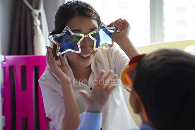Mutter-Sohn-Bindung mit Spaßbrille — Stockfoto