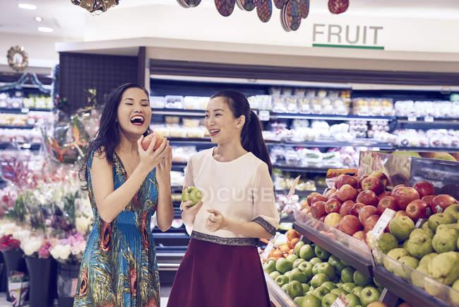 Due giovani asiatica donna shopping insieme nel centro commerciale per il cibo — Foto stock