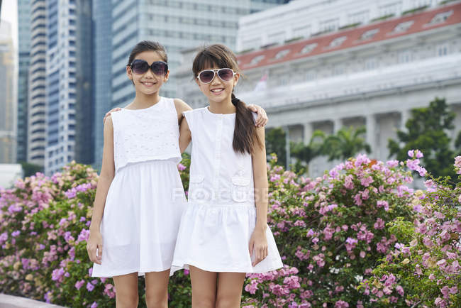Two girls exploring Raffles place, Singapore — стоковое фото