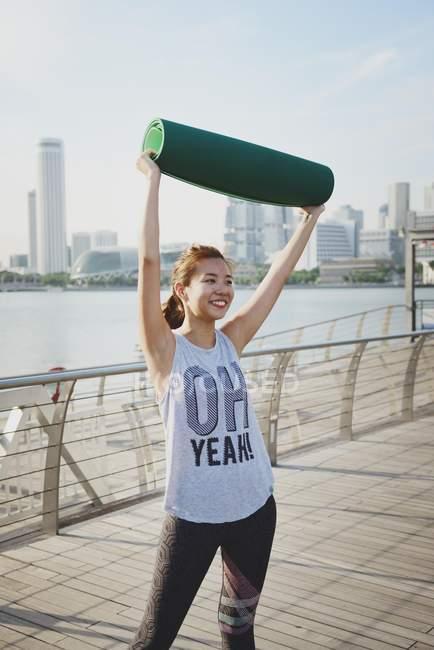 Молоді азіатські жінки роблять розтяжку на відкритому повітрі — стокове фото