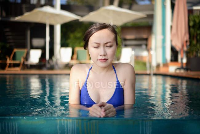 Bella giovane donna asiatica rilassante in piscina — Foto stock