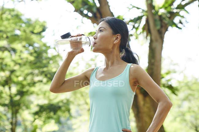 Donna idratata dopo l'allenamento nei Giardini Botanici, Singapore — Foto stock