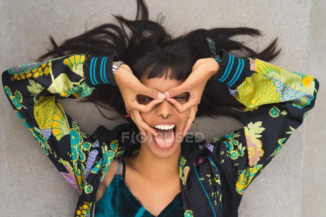 Молодой привлекательной Азиатская женщина, делая рожи — стоковое фото