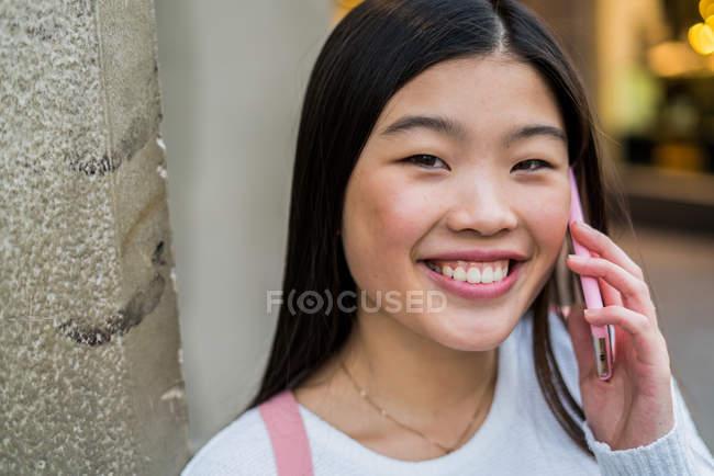 Молодий туристичних жінка говорити на смартфон в Барселоні — стокове фото