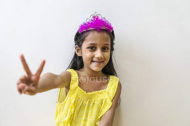 Молодий милий азіатських дівчинка в короні показ жест миру — стокове фото
