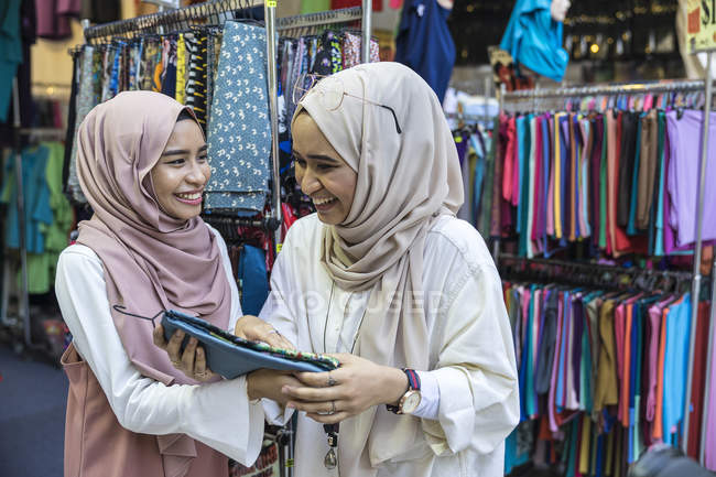 Два мусульманських дами покупки для хіджаб. — стокове фото