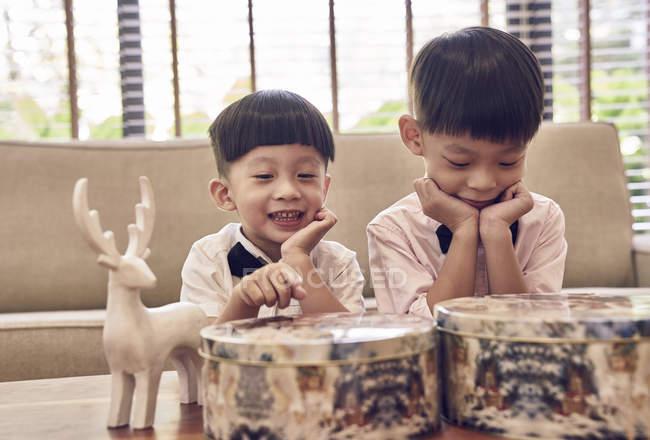 Счастливые мальчики, празднующие Новый год вместе — стоковое фото