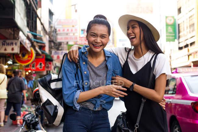 Ragazze gang sono appendere fuori per la strada a chinatown, Bangkok — Foto stock