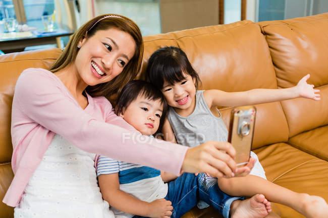 Матері та дітей, які приймають на selfie в домашніх умовах — стокове фото