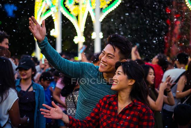 Junge asiatische paar Zeit miteinander zu verbringen in der Stadt während feiert Weihnachten — Stockfoto