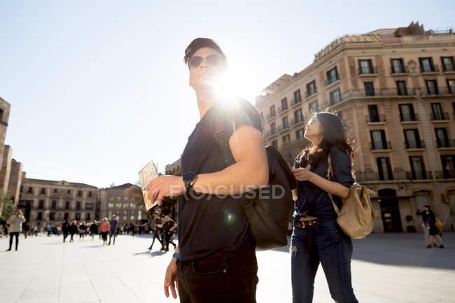 Couple chinois s'amusant à Barcelone, Espagne — Photo de stock