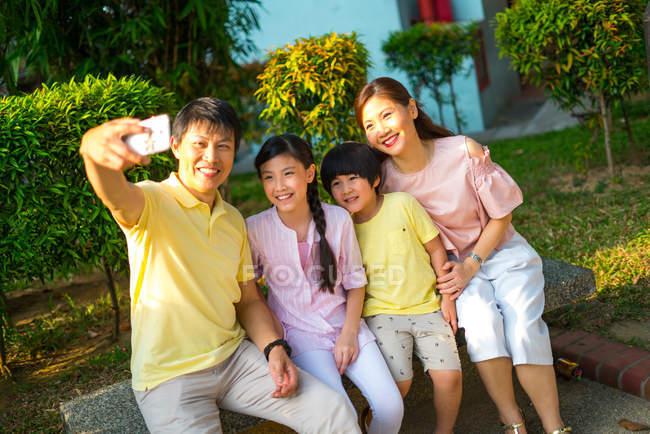 Familie macht gemeinsame Fotos mit dem Smartphone — Stockfoto
