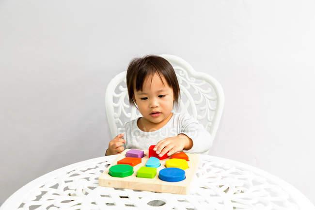 Giovane bambina bambino asiatico che gioca con i giocattoli educativi — Foto stock