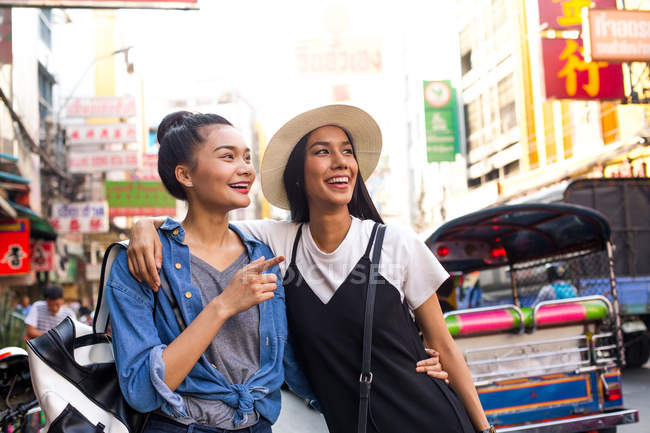 0cebfe2a52 Cuadrilla de chicas están colgando hacia fuera en la calle de chinatown,  Bangkok - foto