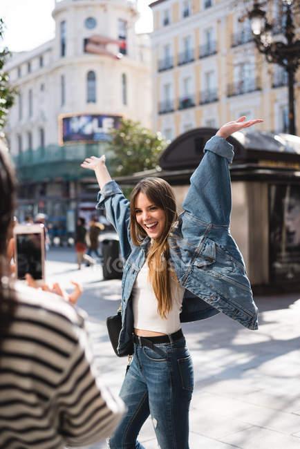 Mujer Europea sonriendo y posando para una foto en las calles de Madrid, España - foto de stock
