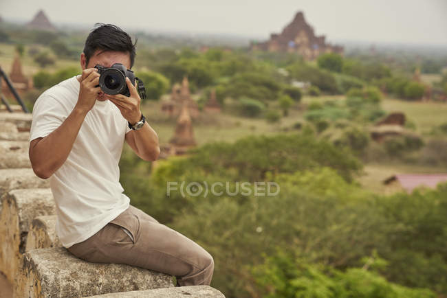 Jovem tirando fotos em Shwesandw Pagoda, Bagan, Mianmar — Fotografia de Stock