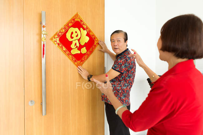Vecchio asiatico coppia decorazione porta per cinese nuovo anno — Foto stock