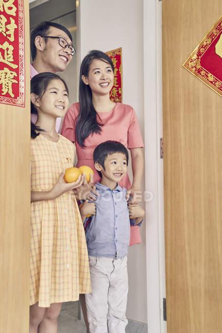 Felice famiglia asiatica venuta ai nonni a Capodanno cinese — Foto stock