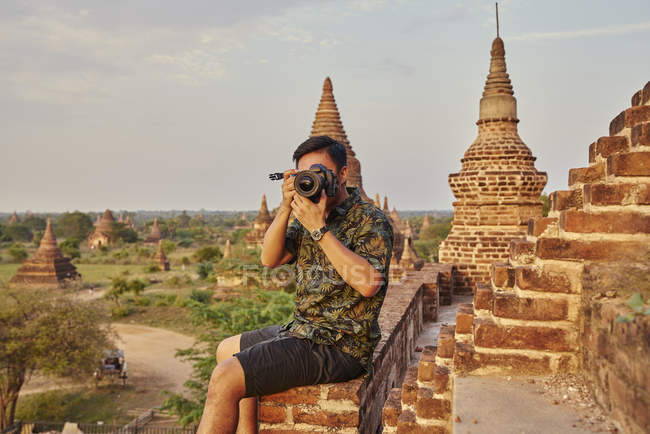 Young Man Taking Photo Around The Ancient Pyathadar Temple, Bagan, Myanmar — Stock Photo