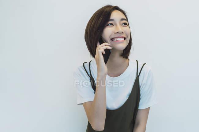 Donna d'affari di successo che parla al telefono in ufficio moderno — Foto stock