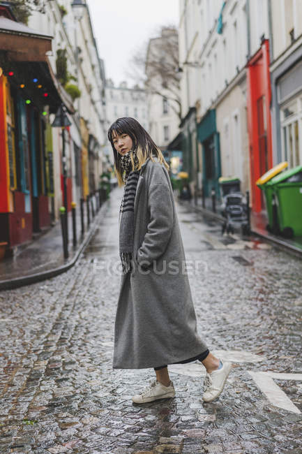 Trendy stylish woman posing at city street — Stock Photo