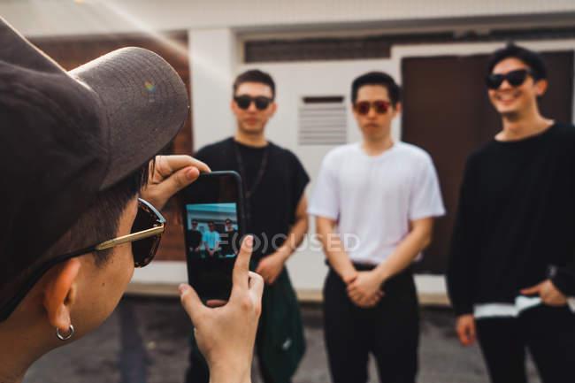 Jovem asiático rock banda posando juntos para selfie — Fotografia de Stock