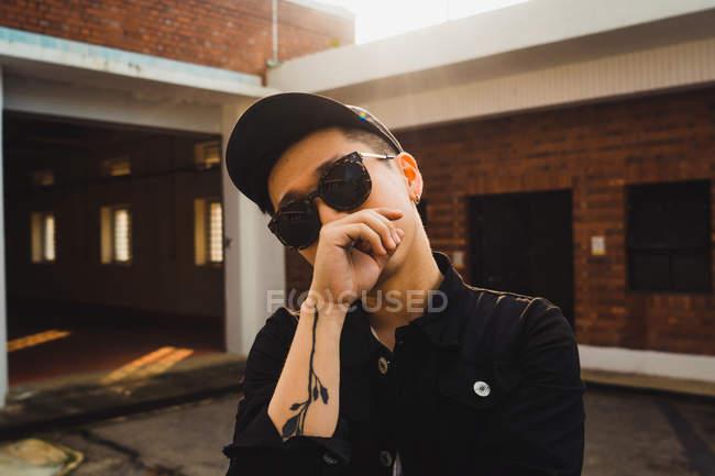 Jovem asiático elegante homem posando para câmera — Fotografia de Stock
