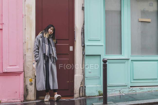Trendy stylish woman posing at city street — Fotografia de Stock