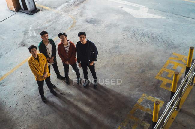 Giovane rock band asiatica in posa insieme per la fotocamera — Foto stock