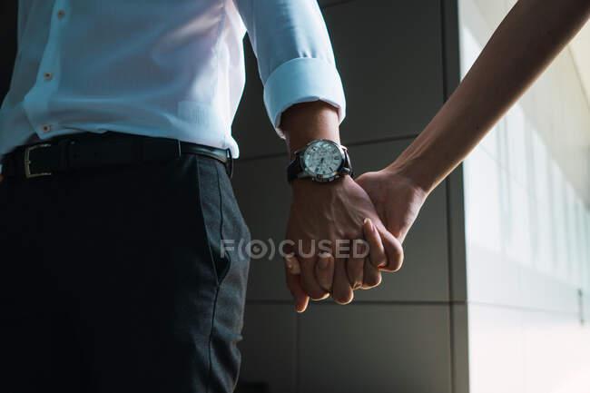 Abgeschnittenes Bild von Paar beim Händchenhalten — Stockfoto