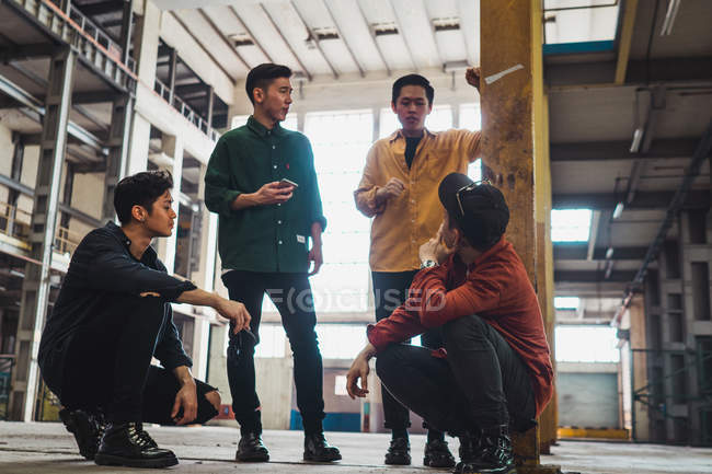 Joven asiático rock banda posando juntos para cámara - foto de stock