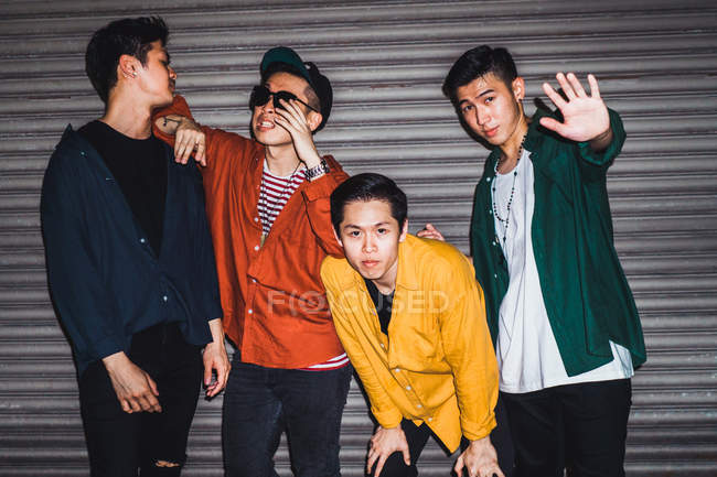 Jovem asiático rock banda posando juntos para câmera — Fotografia de Stock