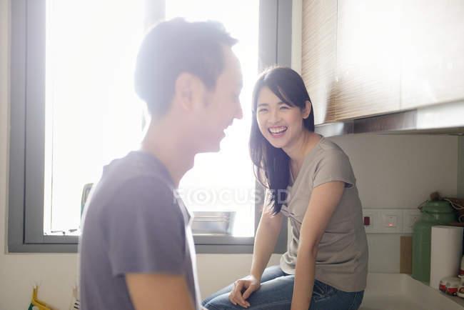 Erwachsene asiatisch pärchen zusammen auf küche bei zuhause — Stockfoto