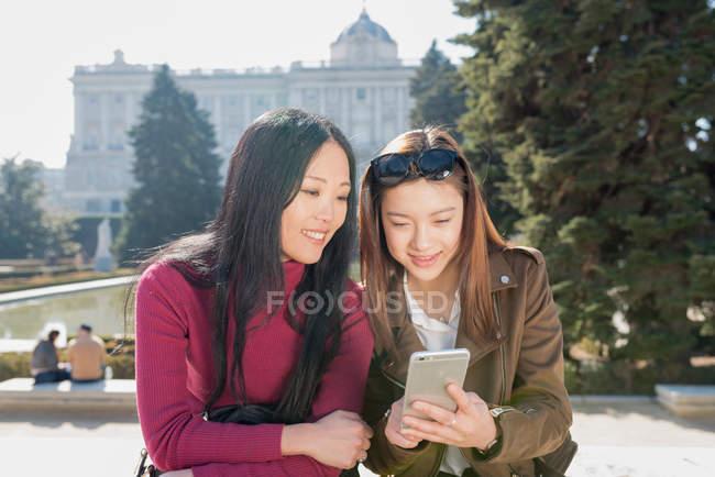 Азіатські жінки роблять туризму в Мадриді фотографування, Іспанія — стокове фото