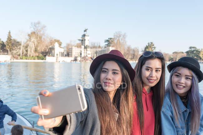 Mujeres Filipinas que toman fotos y selfie en Retiro Parque de Madrid, España - foto de stock