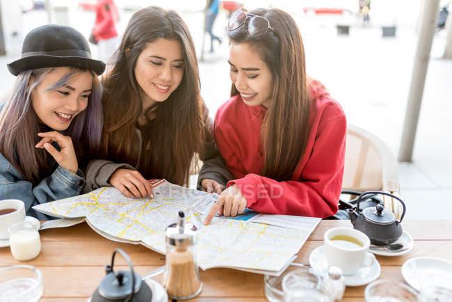 Tre giovani donne in vacanza a Madrid, Spagna — Foto stock