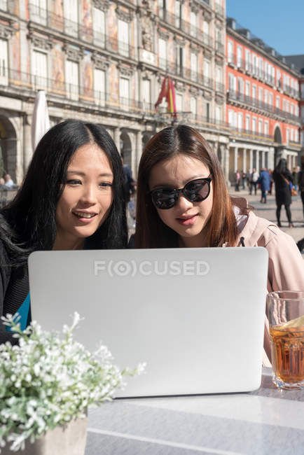 Mulheres asiáticas em um café usando laptop em Madrid, Espanha — Fotografia de Stock