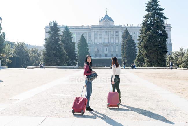 Азіатські жінки роблять туризму в Мадриді з валізами, Іспанія — стокове фото