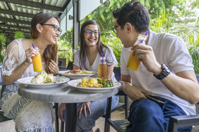 Un groupe d'amis profitent de leur repas — Photo de stock