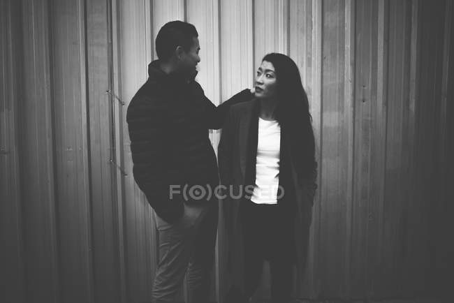Asiático chinês casal posando contra cinza parede, monocromático — Fotografia de Stock
