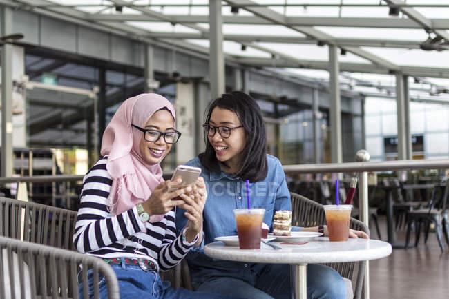 Zwei Frauen genießen ihre Zeit in einem Cafe — Stockfoto